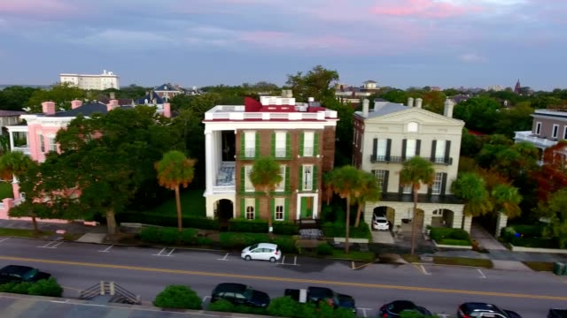 vídeos de stock e filmes b-roll de 4k aerial of rainbow row in charleston sc at sunrise - sul