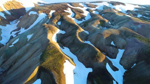 4 k バレー国立公園がたがたの空中ショットです。山の緩やかな斜面に雪原や氷河。夏に壮大なアイスランド - 各国の観光地点の映像素材/bロール