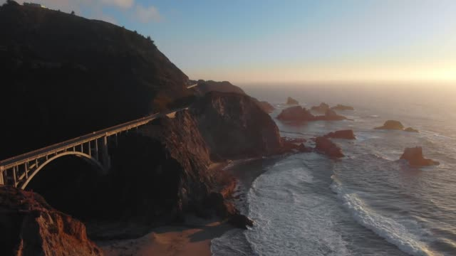 vídeos de stock e filmes b-roll de 4k aerial video - bixby creek bridge at big sur coastline, california, usa - big sur
