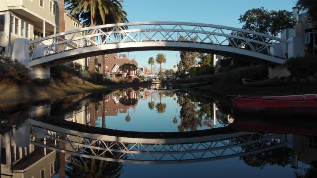 vídeos de stock e filmes b-roll de 4k aerial video - canals and streets in venice, california - stabilized shot