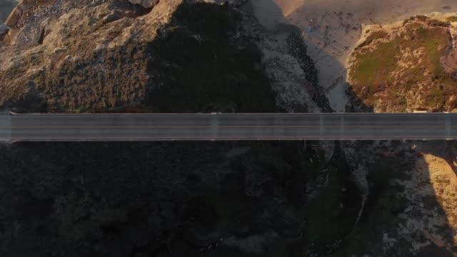 vídeos de stock, filmes e b-roll de vídeo aéreo 4k-vista superior-big sur litoral califórnia - estrada principal estrada