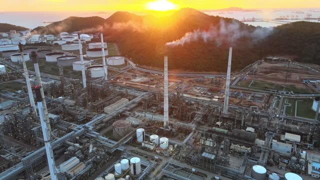 stockvideo's en b-roll-footage met 4k luchtmening en de zaken van olieraffinage, olie en industrieel gas bij nachttijd , groothoek van industriële pijpleidingen van een olie-raffinaderijinstallatie,detail van oliepijpleiding met kleppen in grote olieraffinaderij. - perzische golfstaten