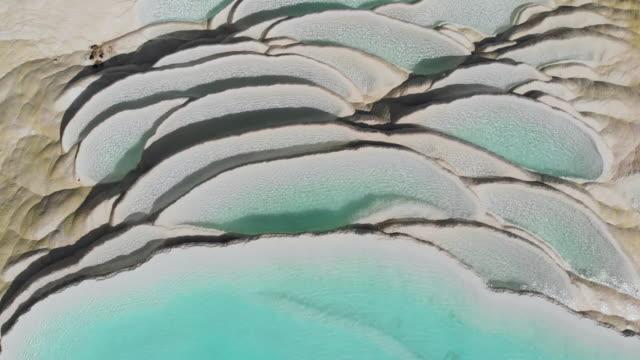 vídeos y material grabado en eventos de stock de 4 k vista aérea dolly shot; resumen patrón natural de la terraza de agua cascada blanco en china. - diseño natural