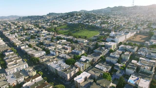 샌 프란 시스 코 시내 위 돌로 레 스 공원에서 4 k 조감도 - 지역 유형 스톡 비디오 및 b-롤 화면
