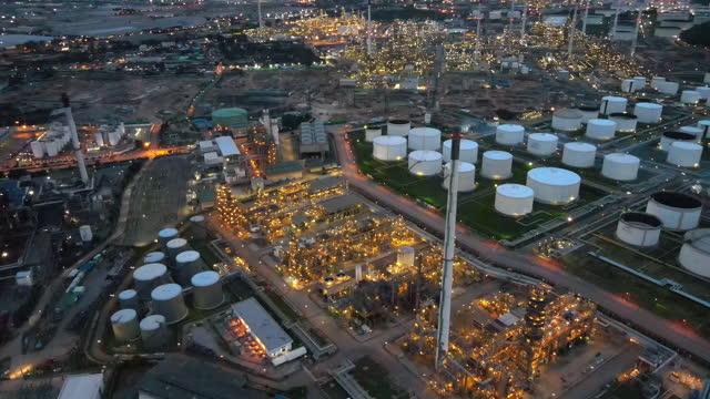 4k vista aerea nel tramonto dell'industria della raffineria di petrolio durante la notte. impianto petrolchimico e serbatoio di stoccaggio nella grande industria - opec video stock e b–roll