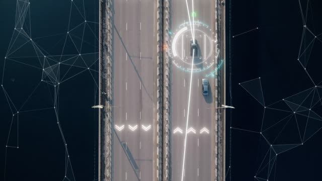 4k Luftaufnahme von fahrerlosem oder autonomem Auto. Der Verkehr geht an einer Autobahn vorbei. Plattennummer, Geschwindigkeitsbegrenzung und ID-Nummer. Künftiger Transport. künstliche Intelligenz. Selbst fahren. – Video