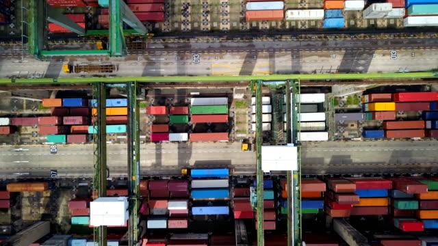 vídeos de stock, filmes e b-roll de 4 k aerial view de industrial portuário com navio de contentores - multicóptero