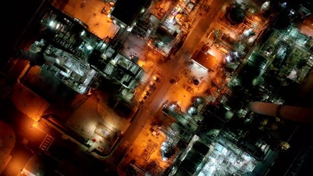stockvideo's en b-roll-footage met 4k luchtfoto van grote olieraffinaderij faciliteiten en opslagtank in azië 's nachts - olieraffinaderij