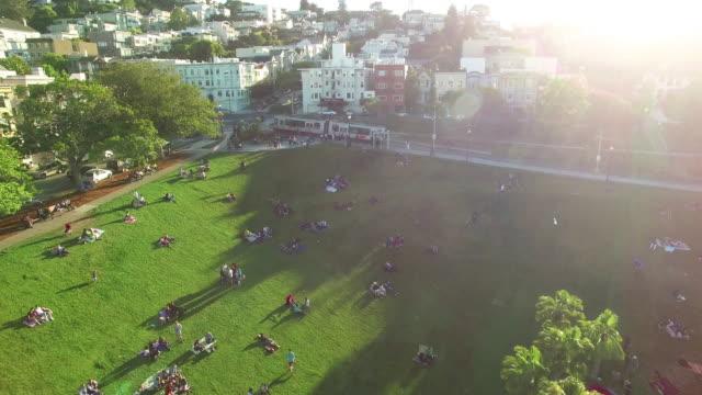 vídeos de stock e filmes b-roll de 4k aerial view pan around dolores park mission - parque público