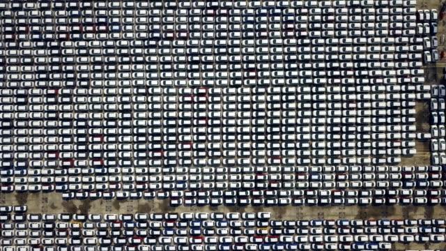stockvideo's en b-roll-footage met 4k luchtfoto, duizend nieuwe auto's te koop in haven - parking