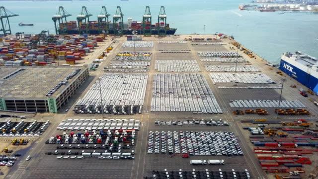 4k luftaufnahme, tausende von neuen autos zum verkauf auf port - schiffsfracht stock-videos und b-roll-filmmaterial