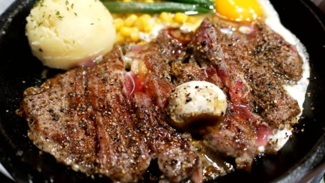 4 k rindersteaks auf heißer platte - steak stock-videos und b-roll-filmmaterial