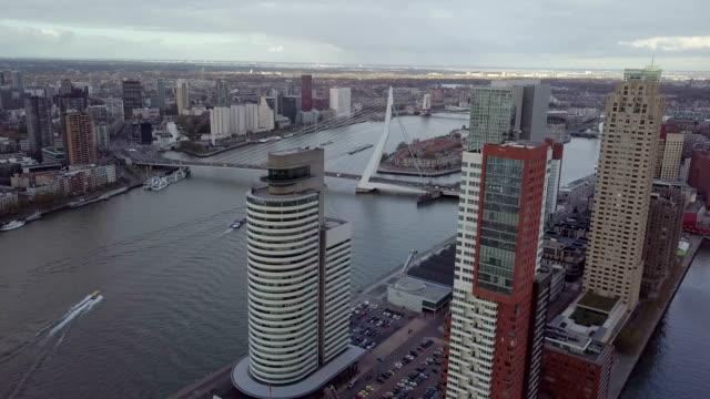 vidéos et rushes de 4 k cinématique aérienne de rotterdam skyscrapes et erasmusbrug pont - amsterdam