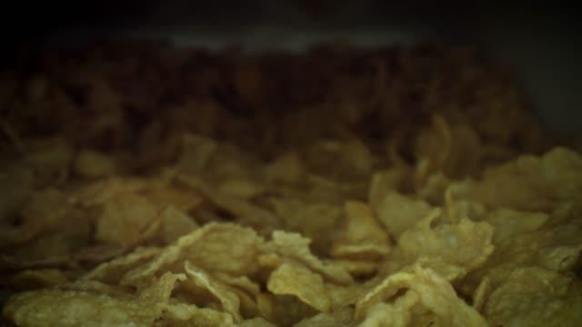 vídeos de stock e filmes b-roll de 4k close-up bug eye view inside a box with flakes cereals - going inside eye