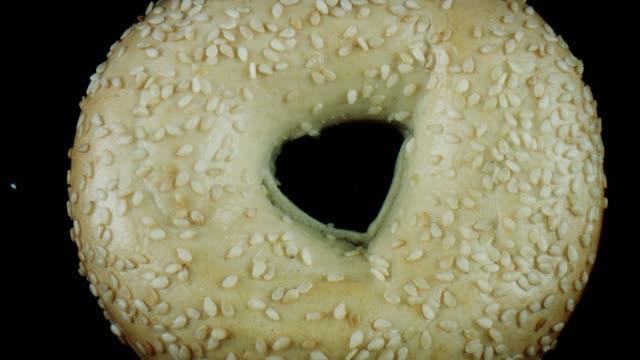 vídeos de stock e filmes b-roll de 4k close-up bug eye view inside bagel bread hole - going inside eye