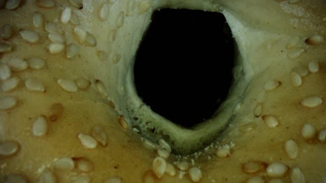 vídeos de stock e filmes b-roll de 4k close-up bug eye view inside bagel bread holes - going inside eye