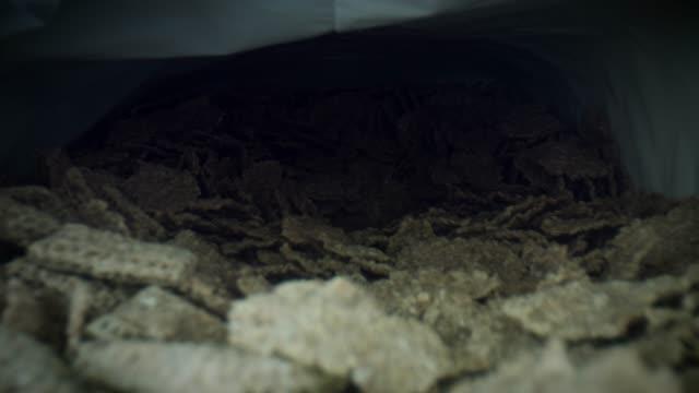 vídeos de stock e filmes b-roll de 4k close-up bug eye view inside bran flakes cereal box - going inside eye