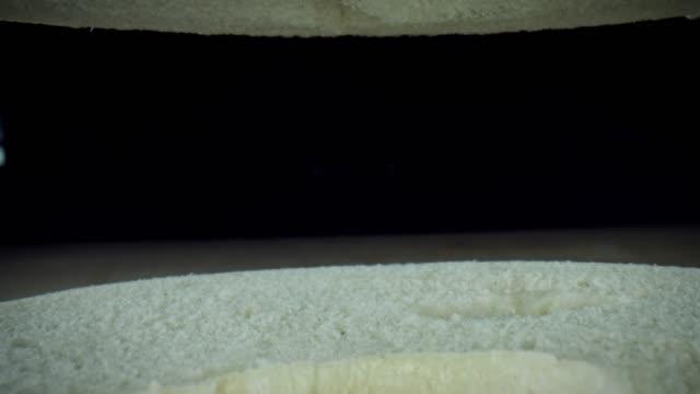 vídeos de stock e filmes b-roll de 4k close-up bug eye view inside empty bagel bread - going inside eye