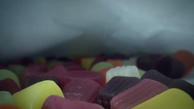 vídeos de stock e filmes b-roll de 4k close-up bug eye view inside jelly sweets pack - going inside eye