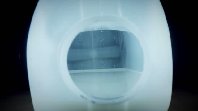 vídeos de stock e filmes b-roll de 4k close-up bug eye view inside milk plastic bottle - going inside eye
