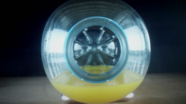 vídeos de stock e filmes b-roll de 4k close-up bug eye view inside orange juice bottle - going inside eye