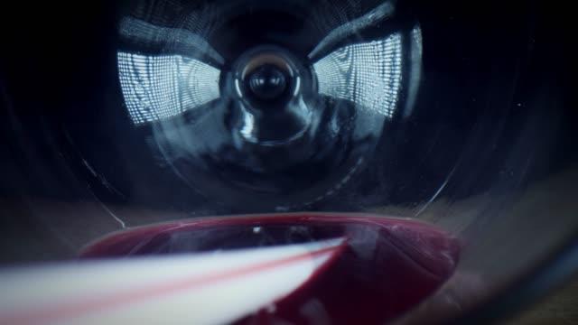 vídeos de stock e filmes b-roll de 4k close-up bug eye view inside wine glass with straw - going inside eye