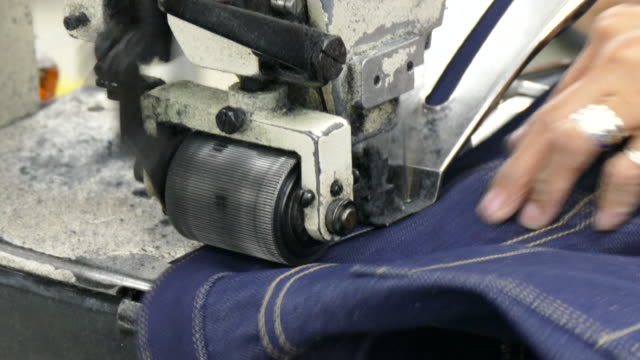 4 k primo piano sulla macchina per cucire - jeans video stock e b–roll
