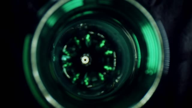 vídeos de stock e filmes b-roll de 4k close-up zoom in a water plastic bottle - going inside eye