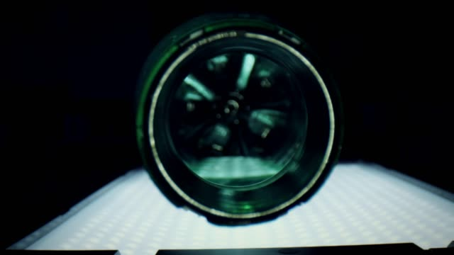 vídeos de stock e filmes b-roll de 4k close-up zoom inside a water plastic bottle - going inside eye