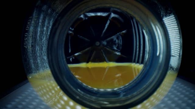 vídeos de stock e filmes b-roll de 4k close-up zoom inside an orange juice bottle - going inside eye
