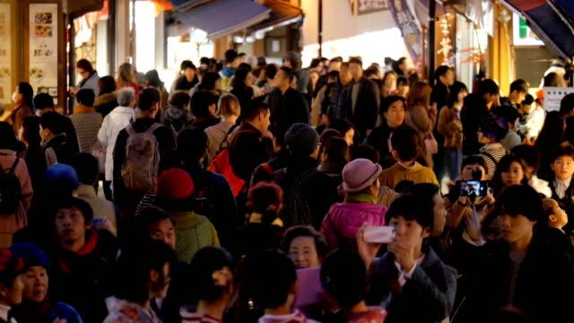 4k crowd of people on walking street at kiyomizu temple kyoto, japan - японский фонарь стоковые видео и кадры b-roll