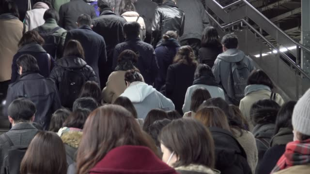 4k: crowded people in the mass public transportation japan - поезд стоковые видео и кадры b-roll