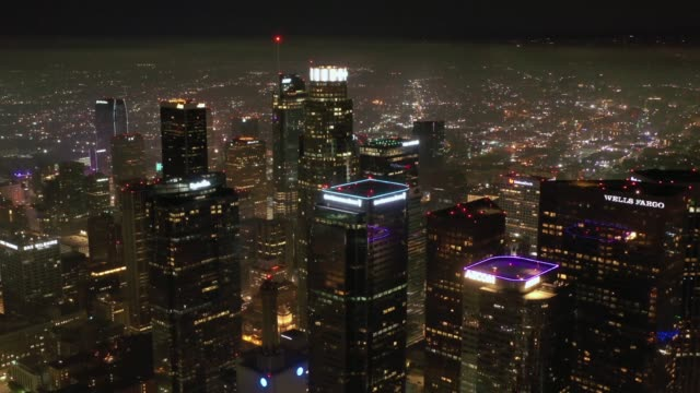 4k downtown los angeles night aerial - los angeles стоковые видео и кадры b-roll