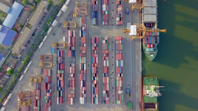 4 k drönarvy flyger över internationella port med kran lastning behållare i import export business logistik. - chain studio bildbanksvideor och videomaterial från bakom kulisserna