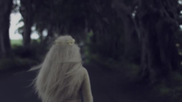 vidéos et rushes de 4k coup de fantasy en haies sombre, reine tournant et walking away (gros plan) - couronne reine