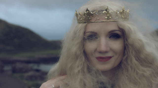 vidéos et rushes de 4 k fantasy shot d'une reine visage souriant à la caméra, emplacement de la chaussée des géants - couronne reine