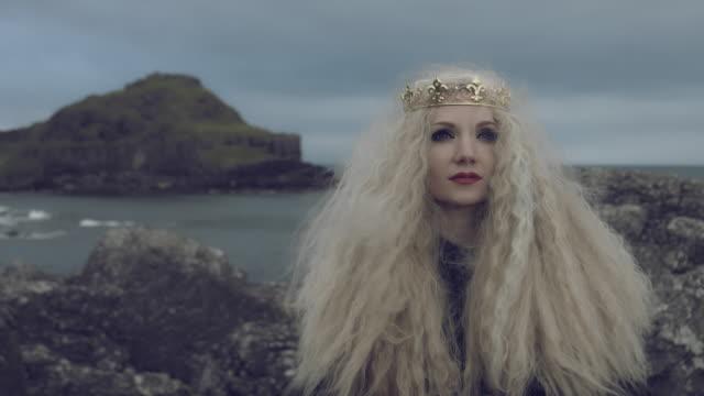 vidéos et rushes de 4k fantasy coup sur la chaussée des géants d'une reine de looking up - couronne reine
