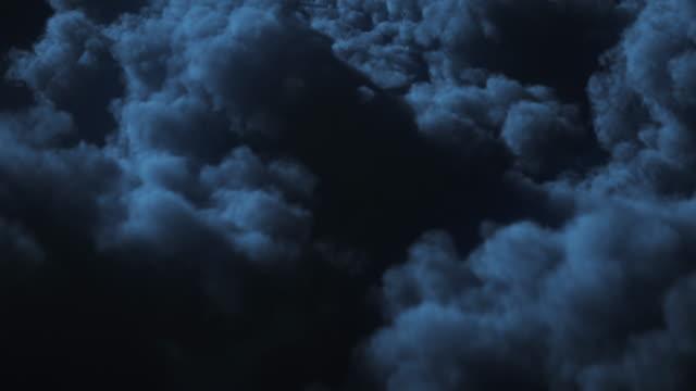 vídeos de stock, filmes e b-roll de 4k que voa sobre nuvens no fundo da noite-loopable-obscuridade, sono, luar - céu tempestuoso