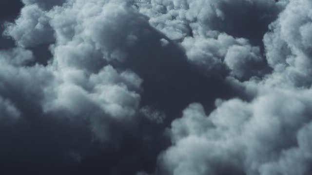 4k 嵐雲の背景の上を飛ぶ - ループ可能 - 気候変動、気象学、天気予報 - 気象学点の映像素材/bロール