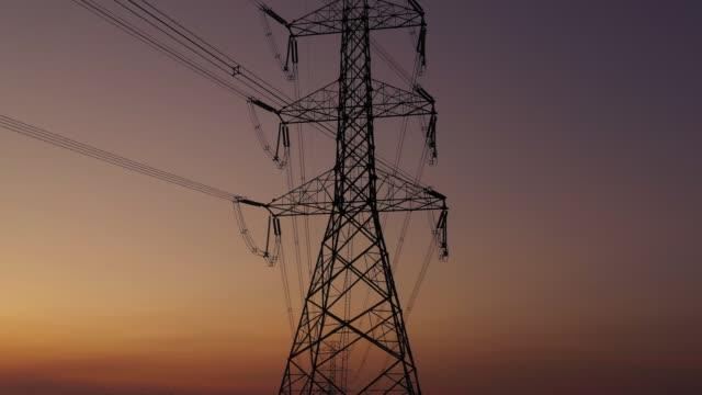 riprese 4k vista aerea, linea elettrica ad alta tensione. - elettricità video stock e b–roll