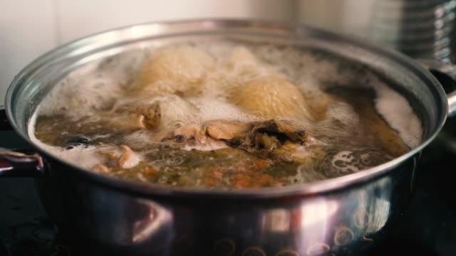 4 k film kycklingsoppa - buljong bildbanksvideor och videomaterial från bakom kulisserna