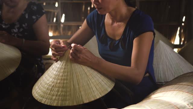 4k 鏡頭低光場景特寫越南工匠製作傳統的越南帽在老傳統的房子 ap thoi 福村, cantho 省, 傳統演出者的概念 - 自製的 個影片檔及 b 捲影像
