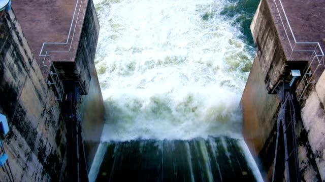 4 k aufnahmen von staudamm hochwasserentlastung - staudamm stock-videos und b-roll-filmmaterial
