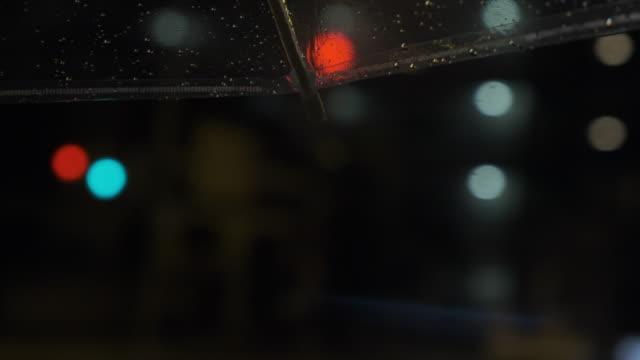 POV手で傘を持って雨通りの歩行の 4 k 映像を開催 ビデオ