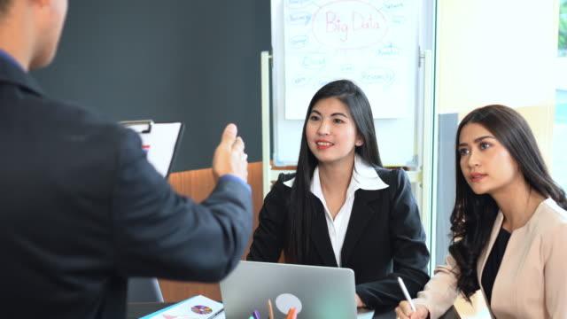 4 k filmmaterial szenengruppe von asiatischen geschäftsmann geschäftsfrau arbeiten und diskutieren arbeit plan projekt mit teamwork im büro, business und meeting erfolgskonzept eine aufgabe zuweisen. - menschliche tätigkeit stock-videos und b-roll-filmmaterial