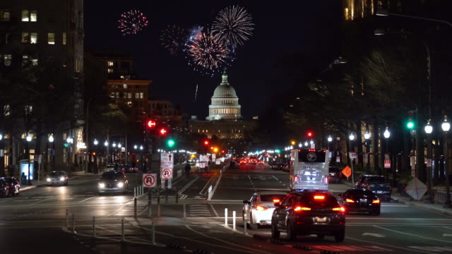 4k footage scene of firework over the united states capitol building cityscape at night, washington, d.c., united states, independence day concept - giorno dell'indipendenza video stock e b–roll