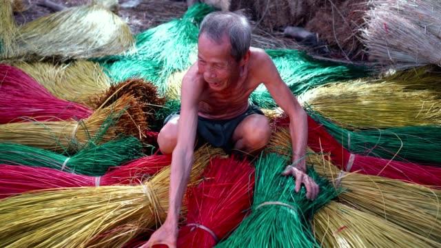 vidéos et rushes de 4 k images scène vue de dessus du vietnamien ancien artisan faire les nattes de vietnam traditionnel dans le vieux village traditionnel à dinh yen, dong thap, vietnam, concept d'artiste de tradition - bois texture