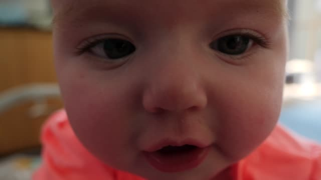 4k: funny baby looking down the camera lens - extreme close up - soltanto neonati video stock e b–roll