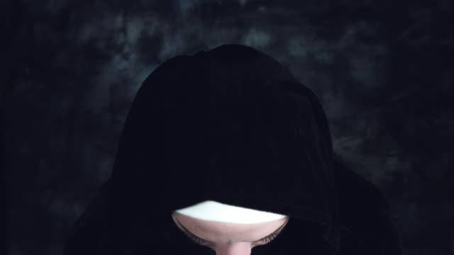 4 k tiro de Halloween de una monja de terror mirando a cámara - vídeo