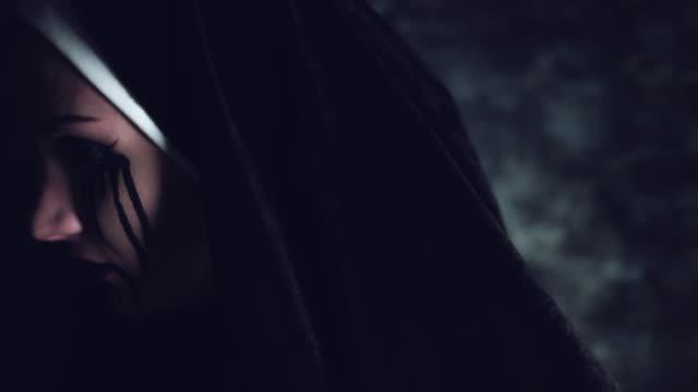 4k tiro de Halloween de terror mujer girando y gritando con los ojos de apagón - vídeo